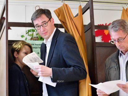 El candidato opositor a la alcaldía de Budapest, Gergely Karacsony, acude a votar hoy en la capital.