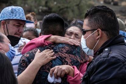 Familiares de Angélica Segura, una de las víctimas del accidente de metro en Ciudad de México, en su entierro en el Valle de Chalco, Estado de México, el pasado 6 de mayo.