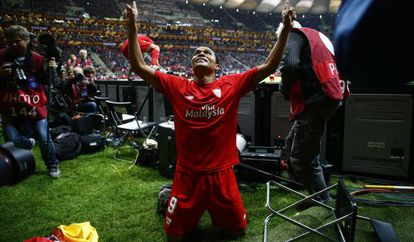 Bacca celebra el tercer gol del Sevilla.