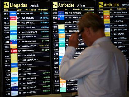 Un pasajero mira el panel de llegadas el pasado jueves en el aeropuerto de Barcelona.