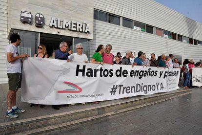 Concentración frente a la estación intermodal de Almería para pedir mejoras en el tren
