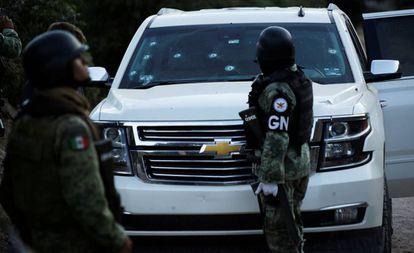 La Guardia Nacional vigila un vehículo donde viajaba la familia LeBarón.