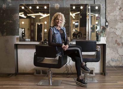Ivanna García posa sentada en la peluquería donde trabaja en Madrid.