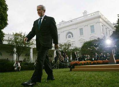 El presidente de EE UU, George W. Bush, en los jardines de la Casa Blanca tras su intervención ante los medios de comunicación.