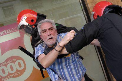 Dos agentes detienen a un representante sindical en Vitoria.