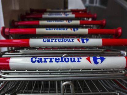 Carros de la compra en un supermercado de la cadena francesa Carrefour.