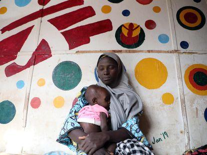 Una mujer y su hijo en el hospital general de Anka, estado de Zamfara, donde MSF presta asistencia médica a los desplazados por la violencia del noroeste de Nigeria.