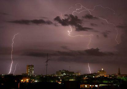Relámpagos durante una tormenta eléctrica sobre La Habana, Cuba.