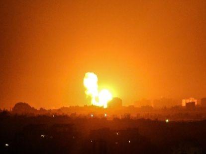 Impacto de un bombardeo israelí, el domingo en Jan Yunes, en la Franja de Gaza.
