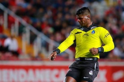 El árbitro Adalid Maganda, en un partido de la Liga mexicana en febrero de 2020.