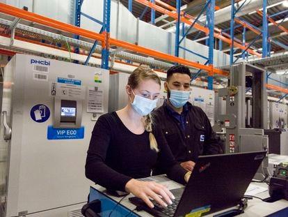 Dos operarios trabajan en la fábrica de vacunas de Pfizer en Puurs (Bélgica), en febrero.