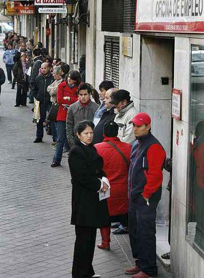 Colas para acceder a una oficina de empleo en Madrid.