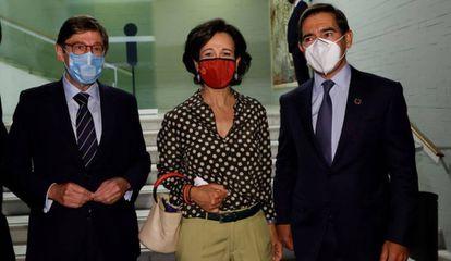 Desde la izquierda, los presidentes de CaixaBank, José Ignacio Goirigolzarri; del Banco Santander, Ana Botín; y del BBVA, Carlos Torres, en una imagen de archivo.