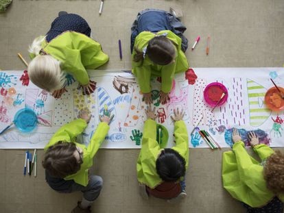 Un grupo de niños de preescolar trabajan juntos en clase.
