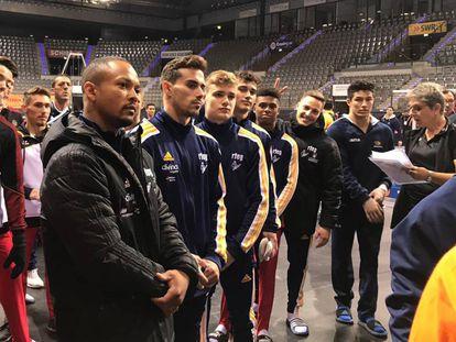 El equipo español tras el entrenamiento oficial en los Mundiales de Stuttgart  en una foto colgada por la federación en su cuenta de Twitter.