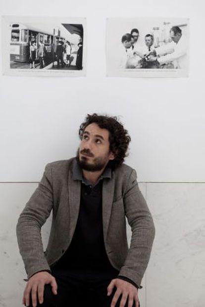 El artista Misha Bies Golas, en la exposición que presenta en el CGAC.