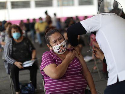 Una mujer recibe la vacuna contra la covid en Ciudad Nezahualcóyotl (Estado de México).