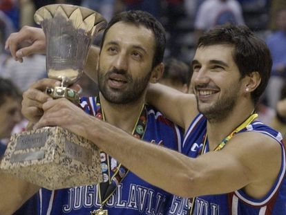 Divac celebra junto a Stojakovic el Mundial de 2002
