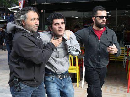 La policía detiene en mayo a un joven durante las protestas contra el arresto de académicos turcos, en Ankara