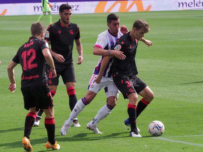 Diego Llorente, con el balón, en un partido con la Real de la pasada temporada