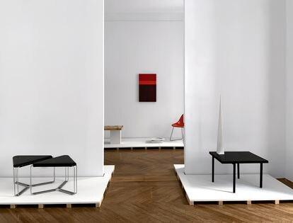 A la derecha, mesa auxiliar de H Muebles (1958).