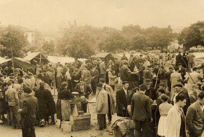 Imagen de la feria de Monterroso en los años veinte, que forma parte de una exposición de fotografías dedicada a la misma en la localidad.
