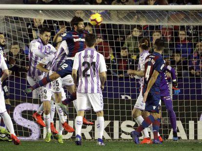 Coke remata el primer gol del Levante.