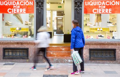 A shop in the center of Vitoria with posters announcing its liquidation at the end of March.