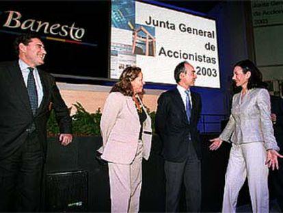 Ana Patricia Botín (a la derecha) saluda a los nuevos consejeros Isabel de Polanco y Rafael del Pino en presencia de Matías Rodríguez Inciarte (a la izquierda).