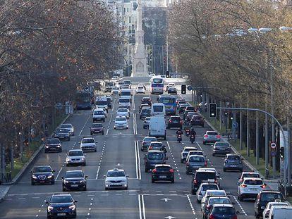 Imagen de este martes del paseo de la Castellana, por donde cada día pasan miles de vehículos.