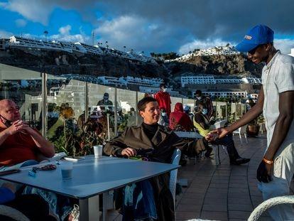 Calvin Lucock, director general de Holiday Club, junto a su mujer Unn Tove Saetran en uno de los hoteles que gestionan y que ahora acoge migrantes en Gran Canaria.