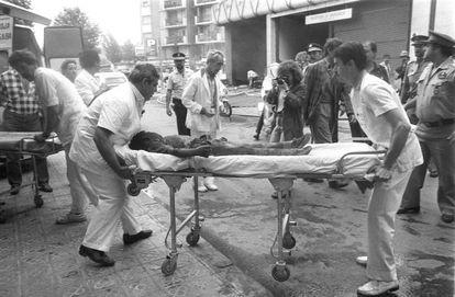 Rescate de uno de los niños muertos en el atentado terrorista de ETA en el centro comercial Hipercor, que causó 21 muertos y 45 heridos.