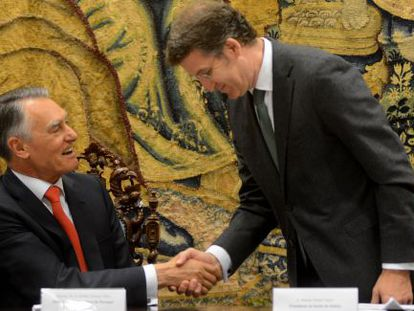 Feijóo (de pie) saluda al presidente Cavaco