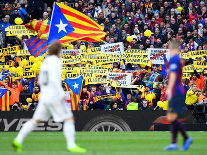 Esteladas y mensajes políticos durante el clásico del curso pasado en el Camp Nou.