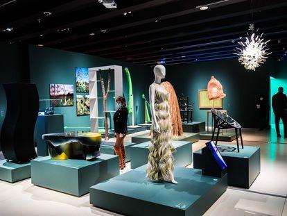 Uno de los espacios de 'Objetos de deseo', exposición en el Caixa Forum Madrid que conecta el surrealismo con el campo del diseño.