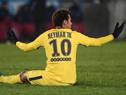 Neymar protesta durante el partido contra el Estrasburgo.