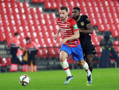 Soldado se va de Umtiti en la acción del segundo gol.
