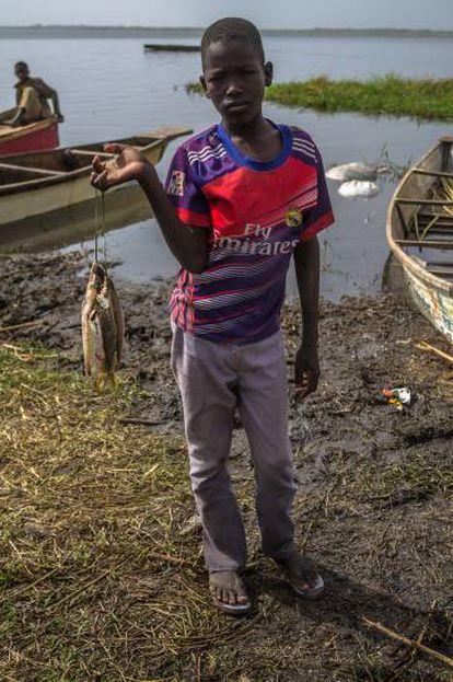 Un niño en la orilla del río en Tagal, en la región del Lago Chad (Chad)