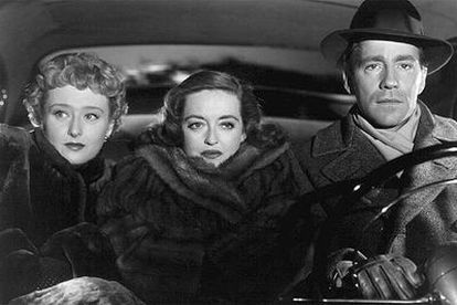 Bette Davis (en el centro), Celeste Holm y Hugh Marlowe, en una escena de 'Eva al desnudo'.