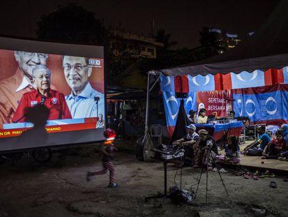 Partidarios del Mahathir Mohamad escuchan un discurso emitido por Facebook Live este martes en Kuala Lumpur.