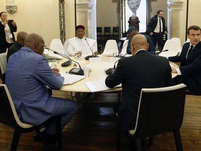 Macron, junto a los cinco líderes del Sahel miembros del G5, este lunes durante su reunión en Pau, en el suroeste de Francia.