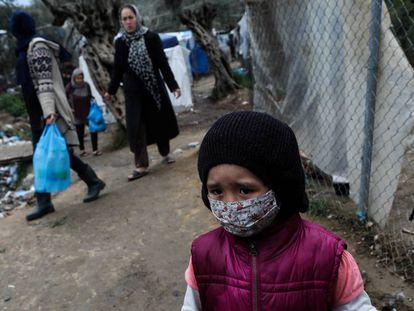 Una niña con mascarilla para protegerse de la Covid-19 en el campo de refugiados de Moria, en Grecia, el 2 de abril de 2020.