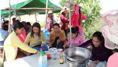 Las trabajadoras de Compress Holding apuran la hora de la comida antes de volver a su turno en la factoría.