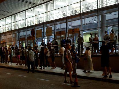 Imagen de los exteriores del punto de vacunación masiva del Wizink Center en Madrid, que desde el jueves comenzó a vacunar también en horario nocturno.