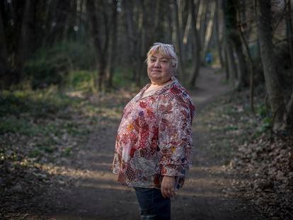 Laura Gomis, que sufre patología dual, pasea por un bosque en Santa Maria de Palautordera (Barcelona)