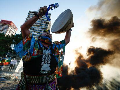 Una mujer mapuche golpea un cultrún en una protesta contra el Gobierno de Sebastián Piñera en Santiago el 15 de octubre.