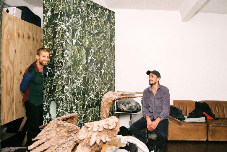 Petrit Halilaj y Álvaro Urbano en su estudio de Berlín, la escultura de mármol es de Urbano. El pájaro, de Halilaj