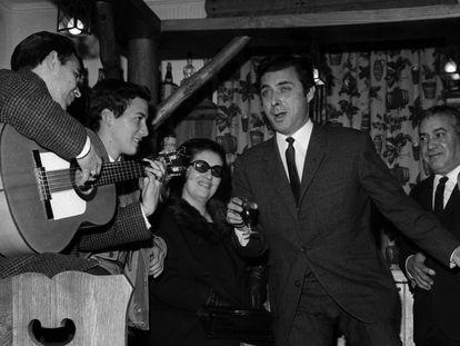 Enrique Vargas, 'El Príncipe Gitano', durante una actuación para unos amigos en Madrid en febrero de 1967.