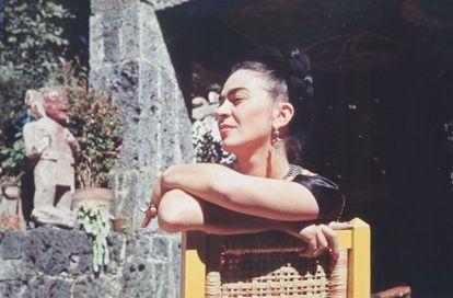 'Frida sentada en el jardín', fotografía de la exposición 'Frida Kahlo. Mirror, mirror...'.