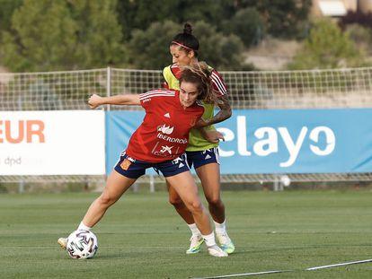 Teresa Abelleira protege un balón ante Jenni Hermoso en un entrenamiento con la selección española.
